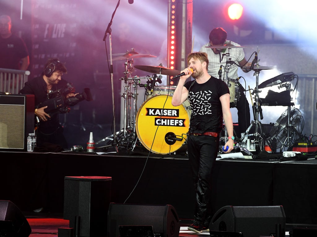 'The Pfizer Chiefs' - Kaiser Chiefs divide Twitter with their Covid vaccine shoutout during gig