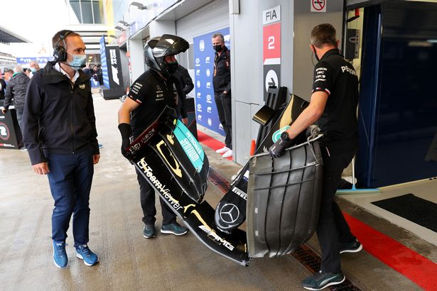 Lewis Hamilton's front wing change during qualifying for the Russian Grand Prix, September 2021