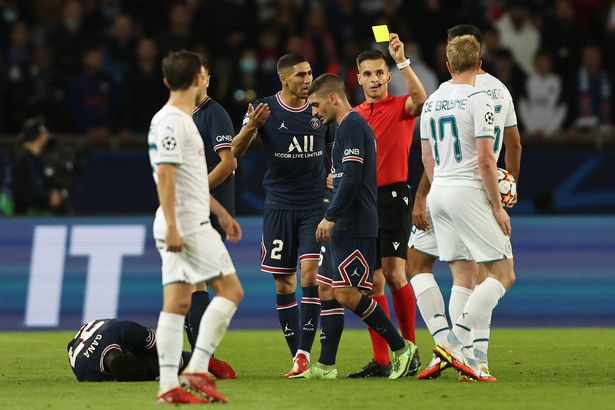 PARIS, FRANCE - SEPTEMBER 28: Referee Carlos del Cerro Grande awards Kevin De Bruyne of Manchester City a yellow card during the UEFA Champions League group A match between Paris Saint-Germain and Manchester City at Parc des Princes on September 28, 2021 in Paris, France. (Photo by Marc Atkins/Getty Images)