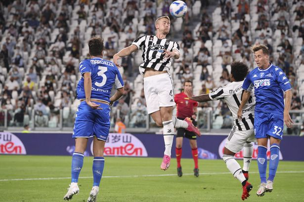 Matthijs De Ligt wins a header for Juventus