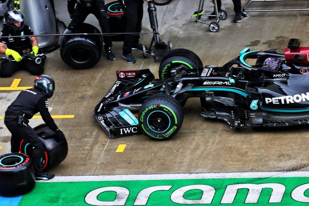 Lewis Hamilton in the pits with a broken front wing in qualifying for the Russian Grand Prix, Saturday 25th September 2021