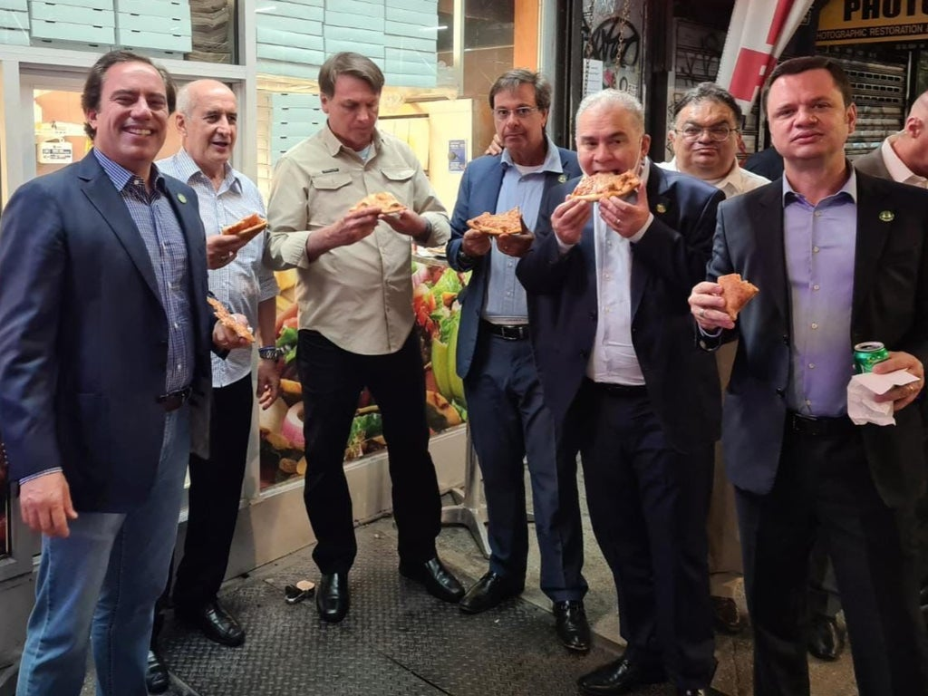 Unvaxxed Bolsonaro forced to eat pizza on NY street because he can't dine inside restaurants