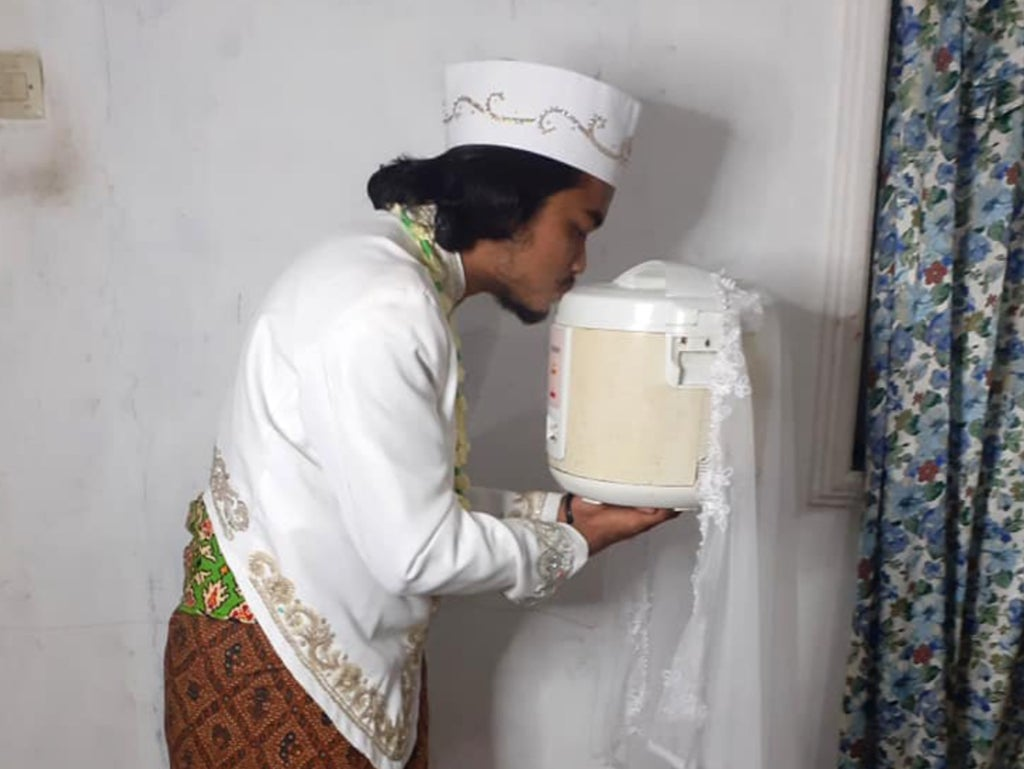 Pictures of him go viral make man famous 'marrying'A rice cooker... and then its four-day divorcing